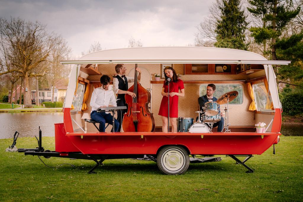 Caravan podium of DJ caravan boeken? Ontdek de sfeervolle caravan podium concepten van Atmosfeer.
