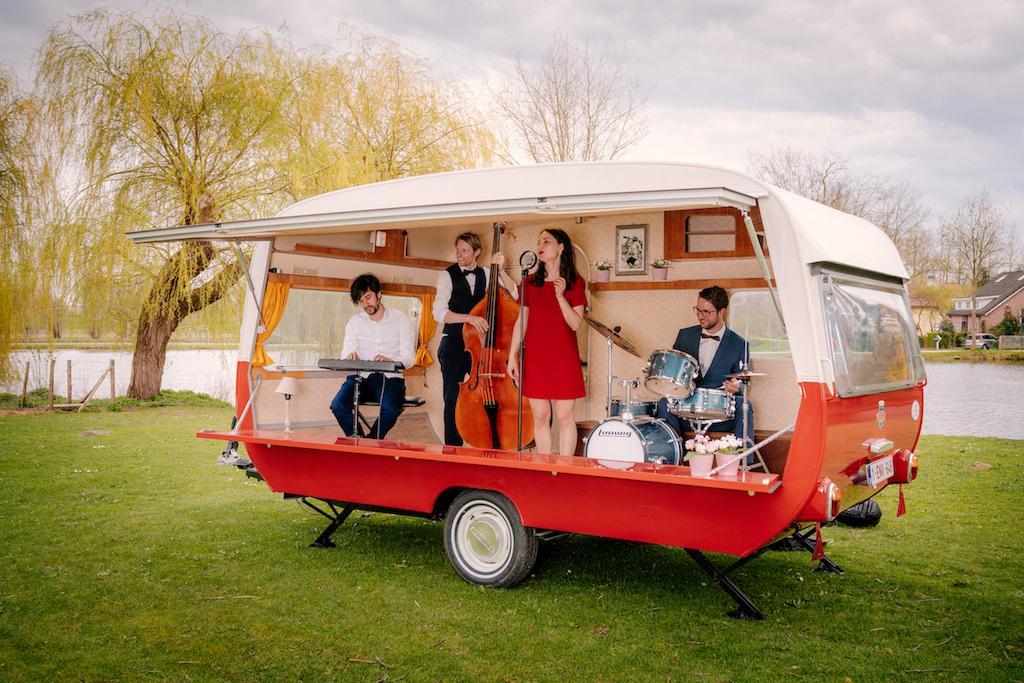 Mobiel caravan podium op wielen boeken? Ontdek de live muziek in het mobiele caravan podium van Atmosfeer.