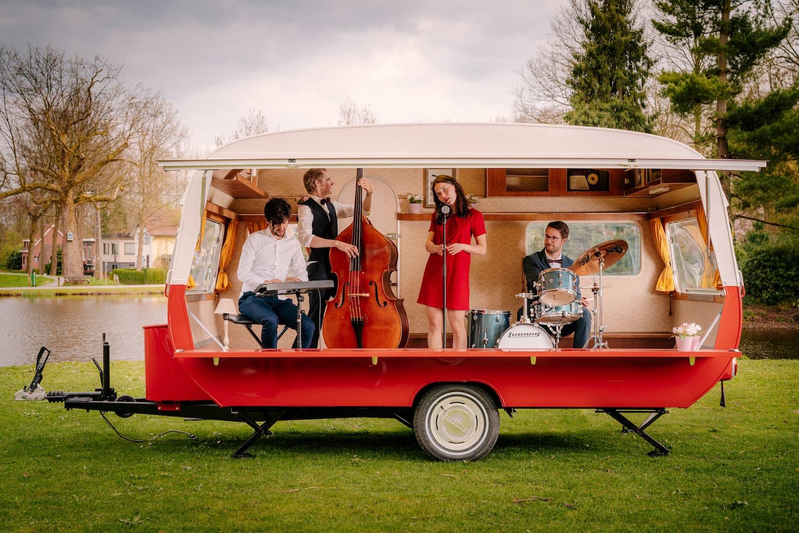 Mobiel caravan podium event trouwfeest personeelsfeest bruiloft
