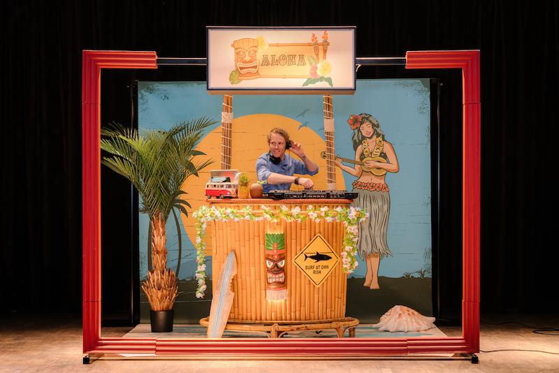 Hawai-DJ-Booth-Tiki-Bar-DJ