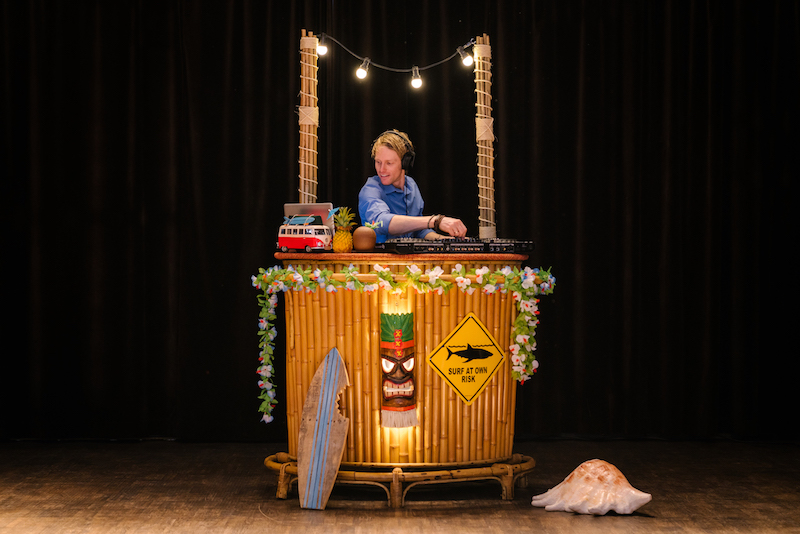Surf-DJ-met-Tropical-DJ-Booth