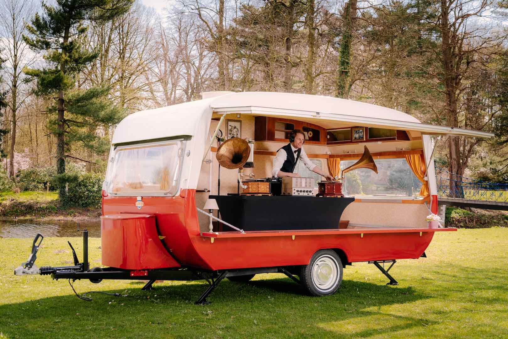 Retro DJ caravan voor uw event!