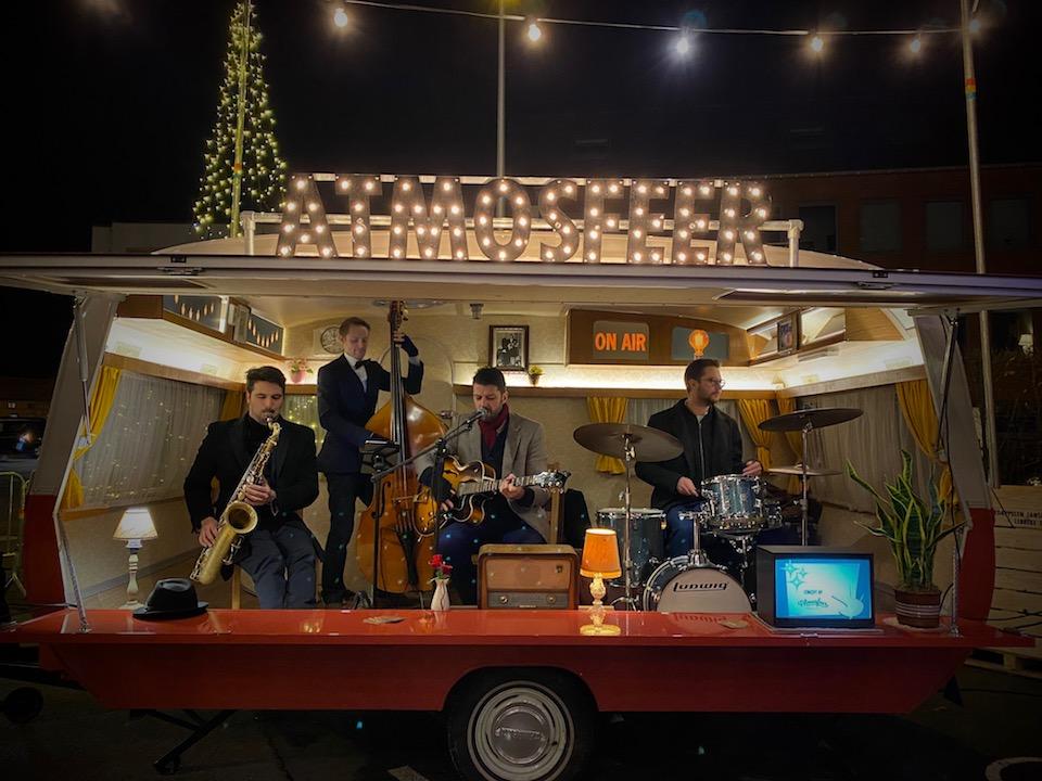 Mobiel caravan podium met live muziek boeken? Ontdek de mobiele caravan podium van Atmosfeer.