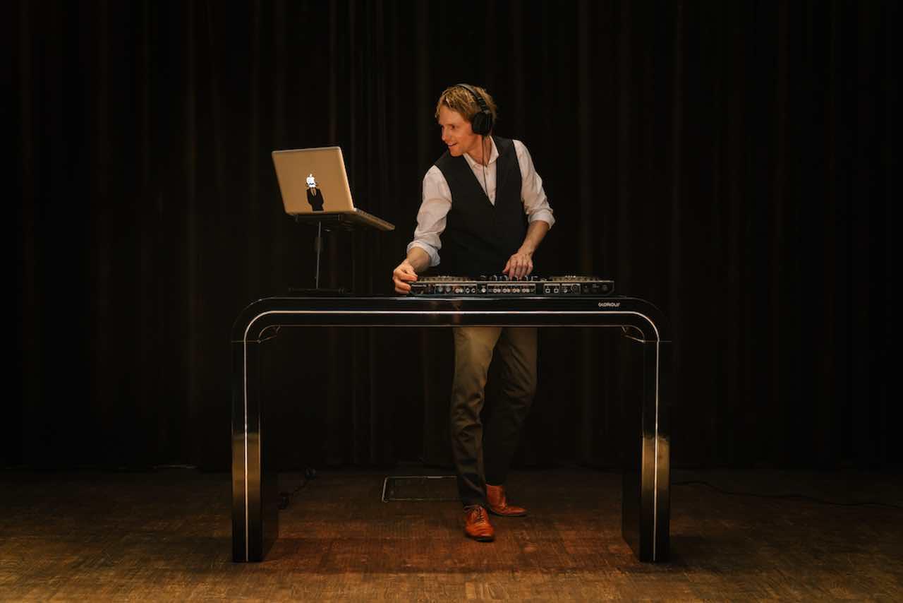 Live-saxofonist-met-DJ-boeken