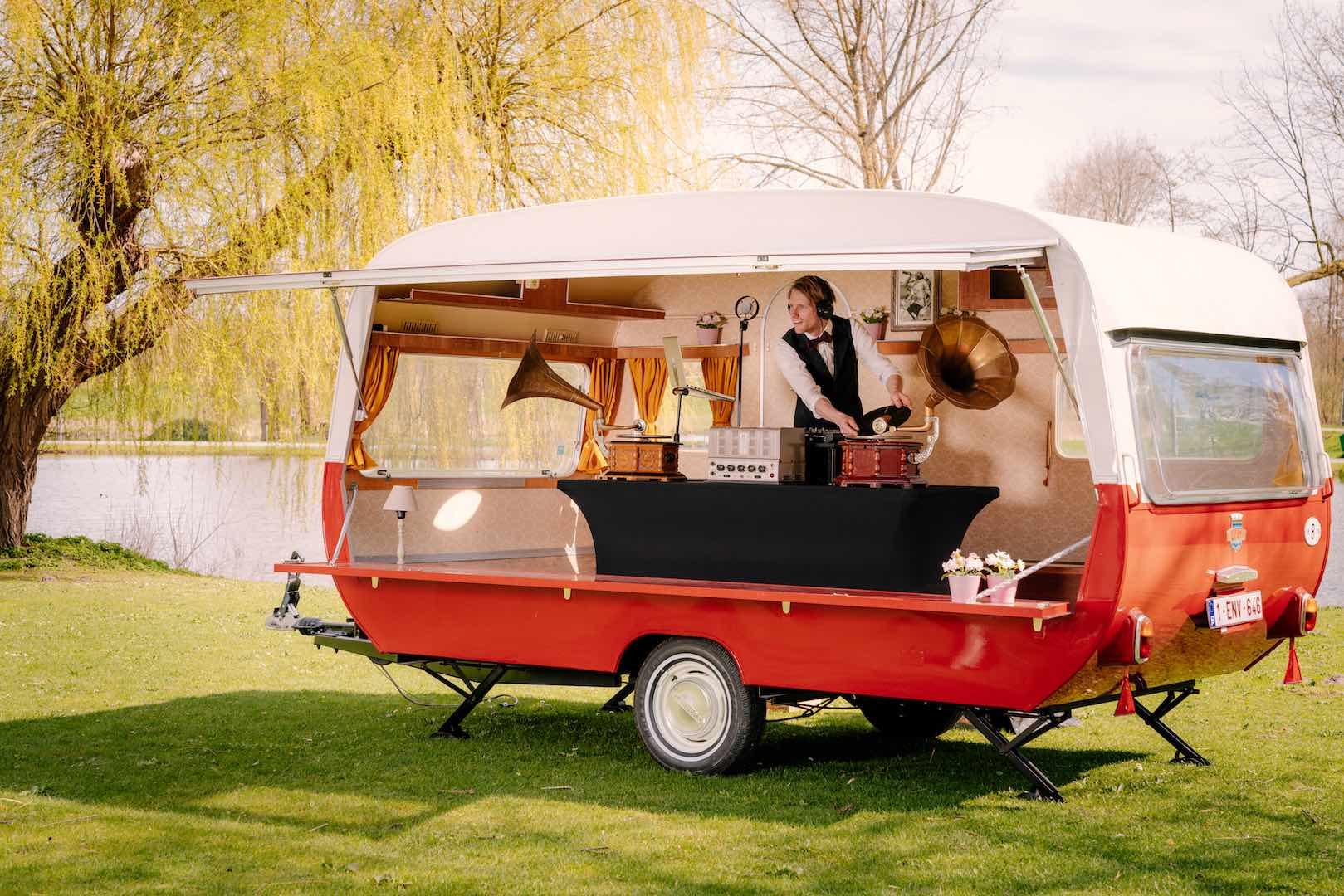 Mobiel-DJ-caravan-podium