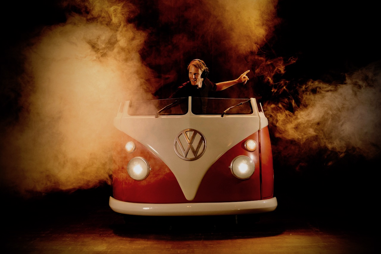 Volkswagen-Bus-DJ-Booth-Boeken